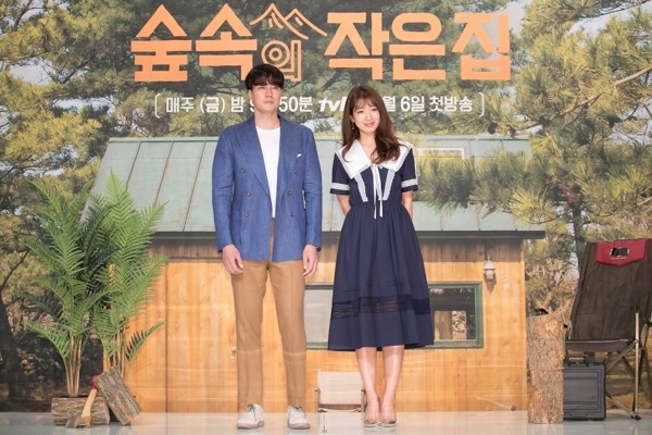 "Actors So Ji-sub (L) and Park Shin-hye pose for photos during a media event for new tvN show ""Little House in the Forest"" in Seoul on April 4, 2018. (Yonhap)"