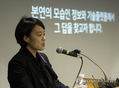 Han Seong-sook, CEO of South Korea's top portal operator, Naver Corp., talks to reporters on May 9, 2018. The company said it will stop editing news articles starting in the third quarter of this year. (Yonhap)