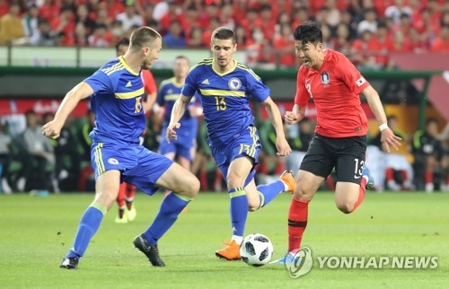 South Korea's Son Heung-min (R) dribbles against Bosnia and Herzegovina players during a friendly match at Jeonju World Cup Stadium in Jeonju, North Jeolla Province, on June 1, 2018. (Yonhap)