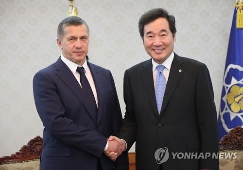 Prime Minister Lee Nak-yon shakes hands with Russia's Deputy Prime Minister Yuri Trutnev during a meeting in Seoul on June 7, 2018. (Yonhap)