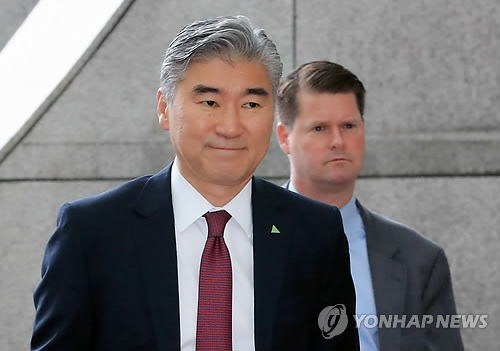 Sung Kim, a U.S. diplomat, appears at a hotel in Singapore for working-level talks with North Korean officials on June 11, 2018. (Yonhap)
