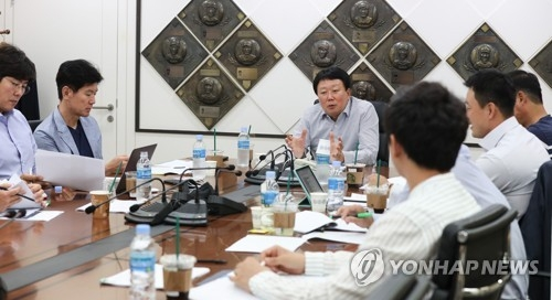 Sun Dong-yol (C), manager of the Korean national baseball team, presides over a meeting on the selection of the 24-man Asian Games team at the Korea Baseball Organization headquarters in Seoul on June 11, 2018. (Yonhap)