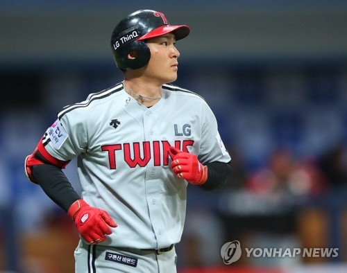 In this file photo from March 20, 2018, Oh Ji-hwan of the LG Twins draws a walk against the Nexen Heroes during the top of the fourth inning of a Korea Baseball Organization spring training game at Gocheok Sky Dome in Seoul. (Yonhap)