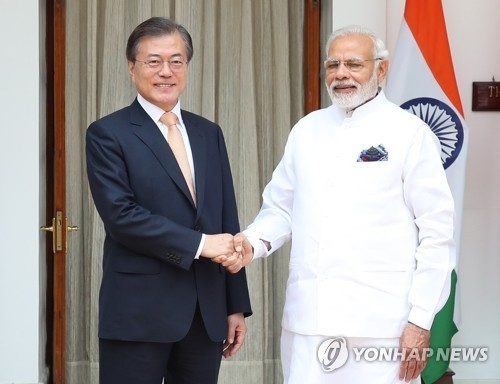 South Korean President Moon Jae-in (L) and Indian Prime Minister Narendra Modi shake hands before holding a bilateral summit at India's state guesthouse in New Delhi on July 10, 2018. (Yonhap)