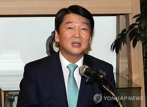 This photo taken on July 12, 2018, shows Ahn Cheol-soo, a former candidate of the Seoul mayorship, announcing that he will leave politics following his party's defeat in the June local elections. (Yonhap)