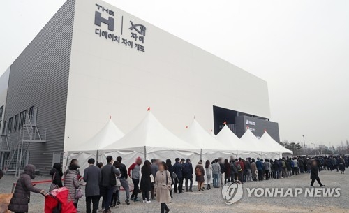 This photo taken on March 18, 2018, shows visitors lining up to be among the first to get inside a model house for apartments being built in Gangnam district. (Yonhap)