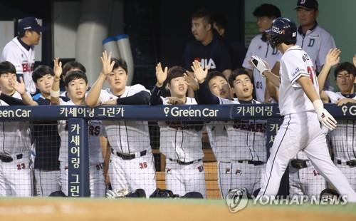 Park Kun-woo of the Doosan Bears (R) is greeted by his teammates after scoring a run against the KT Wiz during the bottom of the first inning in a Korea Baseball Organization regular season game at Jamsil Stadium in Seoul on Sept. 13, 2018. (Yonhap)