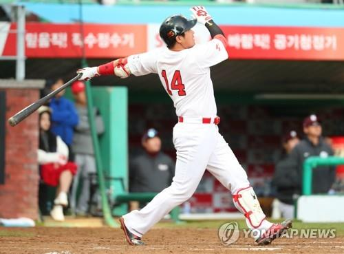 In this file photo from Oct. 2, 2018, Choi Jeong of the SK Wyverns watches his solo home run against the Nexen Heroes in the bottom of the seventh inning of Game 2 of the Korea Baseball Organization playoff series at SK Happy Dream Park in Incheon, 40 kilometers west of Seoul. (Yonhap)