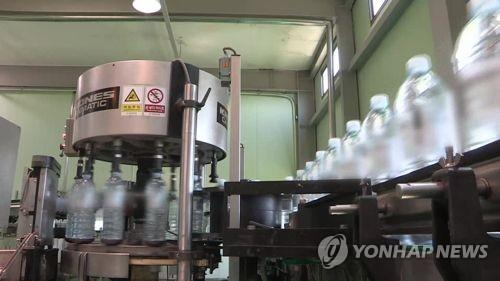This undated file photo shows a mineral water bottling plant in South Korea. (Yonhap)