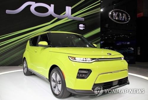 This photo from Kia Motors shows the company's new SOUL electric vehicle on display at the 2018 Los Angeles Auto Show on Nov. 28, 2018, for its global debut. (Yonhap)