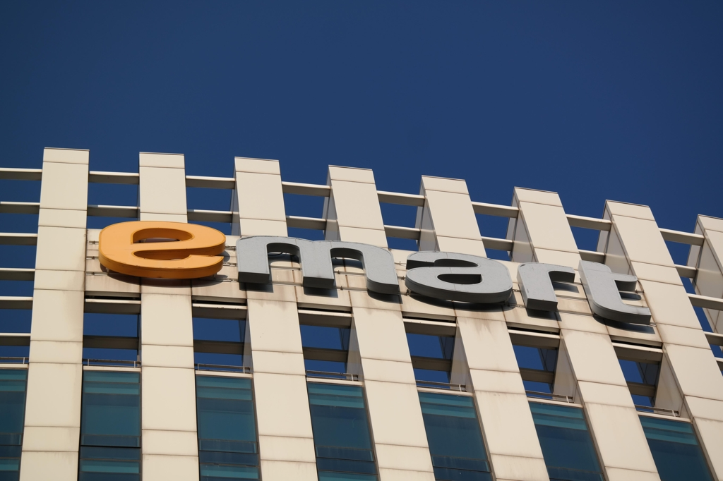 The E-Mart corporate logo atop its headquarters building in Seoul (Yonhap)