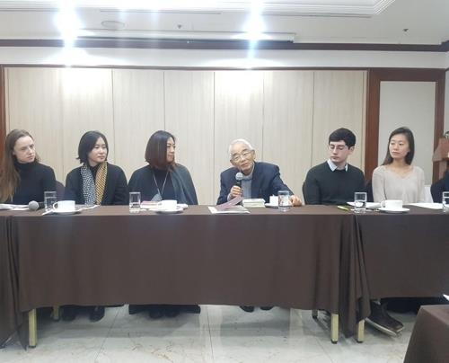 Professor emeritus at Japan's Waseda University Masuo Omura (third from R) speaks during a press conference on Dec. 10, 2018, announcing the winners of 2018 LTI Korea Awards for the best translated Korean literary works. (Yonhap)