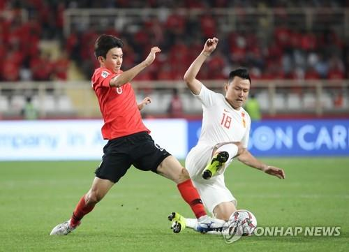 In this file photo taken Jan. 16, 2019, South Korea's Hwang In-beom (L) vies for the ball against China's Gao Lin during the 2019 AFC Asian Cup Group C match between South Korea and China in Abu Dhabi, the United Arab Emirates. (Yonhap)