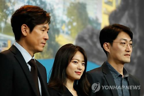 This photo, distributed by Agence France Presse, shows Seol Kyung-gu (from L), Chun Woo-hee and director Lee Su-jin posing for photos during an event at the Berlin International Film Festival on Feb. 14, 2019. (Yonhap)
