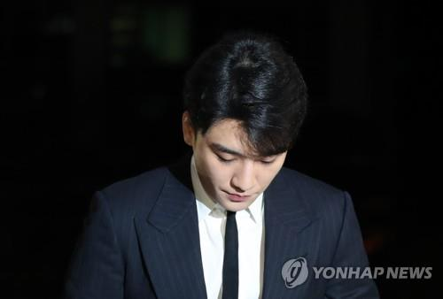 Seungri shows up at the Seoul Metropolitan Police Agency on Feb. 27, 2019, as part of a probe into allegations of drug use and providing sex services. (Yonhap)