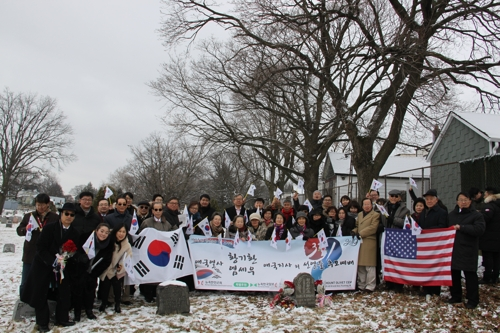Korean residents in New York City attend a memorial event for Whang Ki-whan at his grave in the city to mark the centennial of the March 1, 1919, Korean Independence Movement. (Yonhap)