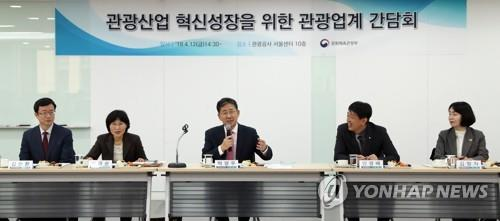 Minister of Culture, Sports and Tourism Park Yang-woo (C) speaks at a meeting with tourism industry officials in Seoul on April 12, 2019 in this photo provided by the Ministry of Culture, Sports and Tourism. (Yonhap)