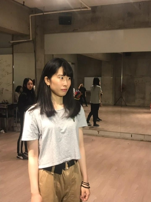 "Airi Sugiyama, a 19-year-old ""freeter,"" hopes she will one day become a K-pop star. This photo shows the wannabe idol listening to media questions at a dance studio in Tokyo on May 11, 2019. (Yonhap)"