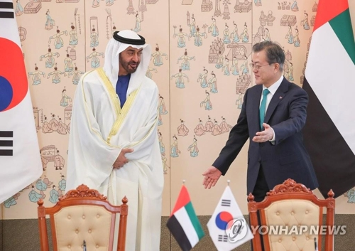 This file photo, taken Feb. 27, 2019, shows South Korean President Moon Jae-in (R) meeting with Crown Prince Mohammed bin Zayed Al Nahyan of the United Arab Emirates at Cheong Wa Dae. (Yonhap)