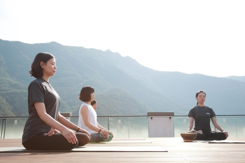 Visitors meditate during a morning class at Park Roche, South Korea's first upscale wellness resort located in Jeongseon, a mountainous region about 150 kilometers east of Seoul, in this undated photo provided by the resort operator. (Yonhap)