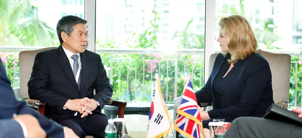 South Korean Defense Minister Jeong Kyeong-doo (L) sits down for talks with British Defense Minister Penny Mordaunt in Singapore on June 1, 2019. (Yonhap)