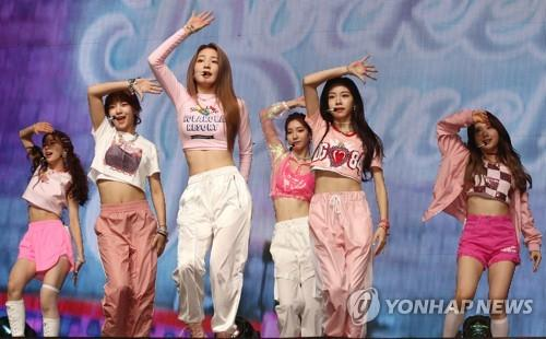 "K-pop girl band Rocket Punch showcases its debut album, ""Pink Punch,"" on Aug. 7, 2019. (Yonhap)"