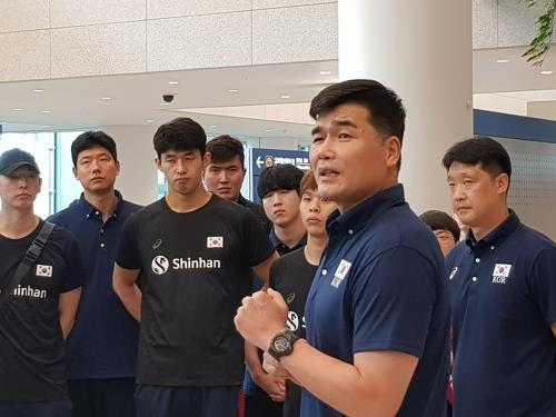 South Korean men's national volleyball head coach Im Do-hun speaks to his players at Incheon International Airport in Incheon, west of Seoul, on Aug. 13, 2019, after returning from an Olympic qualifying tournament in the Netherlands. (Yonhap)