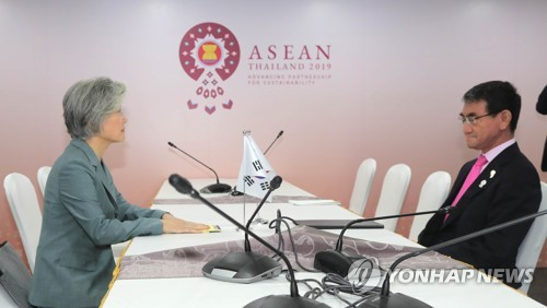 This photo, taken on Aug. 1, 2019, shows Foreign Minister Kang Kyung-wha (L) and her Japanese counterpart, Taro Kono, holding talks on the sidelines of a regional forum in Bangkok. (Yonhap)