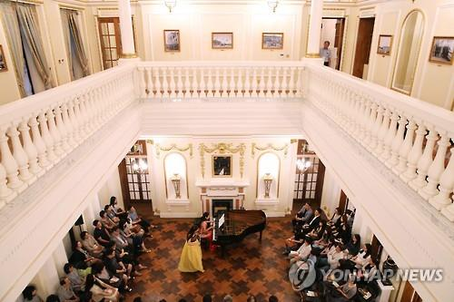 This file photo shows the Seokjojeon music concert at Deoksu Palace. (Yonhap)