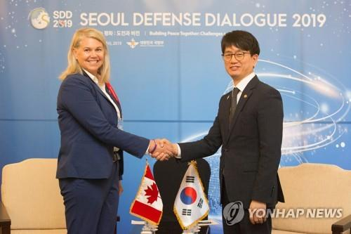 South Korea's Vice Defense Minister Park Jae-min (R) shakes hands with Canadian Deputy Defense Minister Jody Thomas in Seoul on Sept. 4, 2019, in this photo provided by Seoul's defense ministry. (PHOTO NOT FOR SALE) (Yonhap)