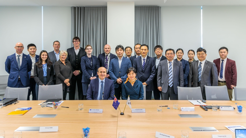 Song Kyung-hee (sitting, R), head of the science ministry's international cooperation office, and her Australian counterpart Gino Grassia (sitting, L), general manager of science policy at the Department of Industry, Innovation and Science, pose for a photo in Canberra on Sept. 27, 2019. (PHOTO NOT FOR SALE) (Yonhap)