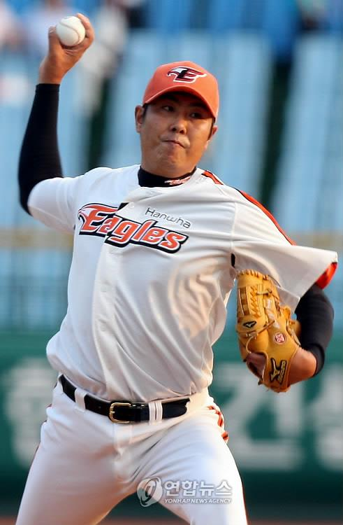In this file photo from June 18, 2009, Jeong Min-chul of the Hanwha Eagles throws a pitch against the LG Twins in a Korea Baseball Organization regular season game at Daejeon Stadium in Daejeon, 160 kilometers south of Seoul. (Yonhap)
