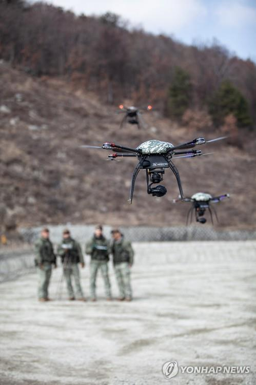 "Soldiers train to learn how to operate ""dronebots"" in Pocheon, Gyeonggi Province, on March 7, 2018, in this photo provided by the Army. (PHOTO NOT FOR SALE) (Yonhap)"