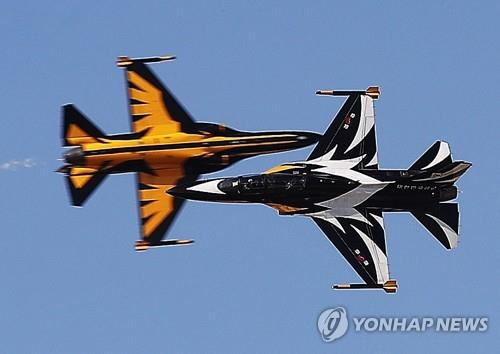 The Black Eagles aerobatic flight team puts on an air show on Oct. 22, 2017, during the Seoul International Aerospace & Defense Exhibition (ADEX) underway at the Seoul Air Base just south of the capital. More than 400 defense companies from 33 countries participated in the six-day exhibition that opened Oct. 17. (Yonhap)