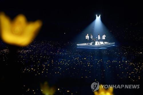 This photo provided by YG Entertainment shows a Seoul concert of BIGBANG held Dec. 31, 2017. (PHOTO NOT FOR SALE) (Yonhap)