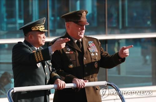 Gen. Park Han-ki (L), chairman of South Korea's Joint Chiefs of Staff, and his U.S. counterpart, Gen. Mark Milley, talk to each other while inspecting an honor guard during a ceremony at the JCS headquarters in Seoul on Nov. 14, 2019, to welcome the U.S. military leader. (Yonhap)