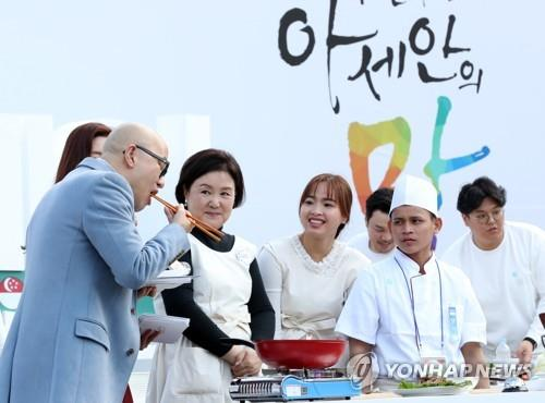 First lady Kim attends S. Korea-ASEAN food festival in Busan