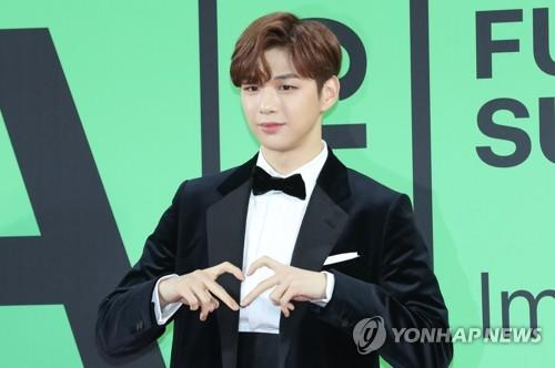 This photo shows Kang Daniel posing for photos during the 2019 Melon Music Awards on Nov. 30, 2019 in Seoul. (Yonhap)