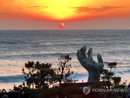 This file photo shows a sunrise on Homigot Beach in Pohang, North Gyeongsang Province. (Yonhap)