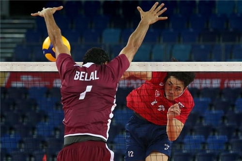 In this photo provided by FIVB on Jan. 9, 2020, Jeon Kwang-in of South Korea (R) hits a spike against Belal Nabel Abunabot of Qatar in their Pool B match of the Asian Olympic men's volleyball qualification tournament at Jiangmen Sports Center Gymnasium in Jiangmen, China. (PHOTO NOT FOR SALE) (Yonhap)