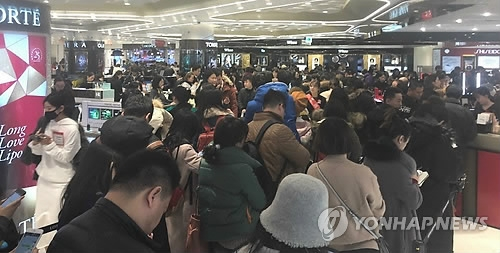 This undated file photo shows Chinese tourists at a duty-free shop in Seoul. (Yonhap)