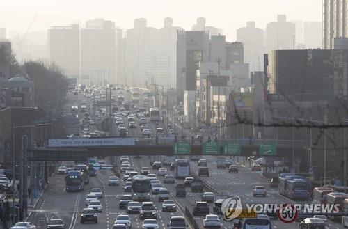This file photo shows Seoul's sky thick with fine dust. (Yonhap)