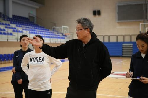 This photo provided by the Korea Basketball Association on Feb. 4, 2020, shows Lee Moon-kyu, head coach of the women's national team, speaking to his players before practice in Belgrade in preparation for an Olympic qualifying tournament. (PHOTO NOT FOR SALE) (Yonhap)