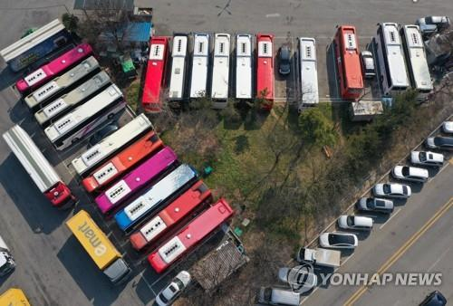 Tour buses are parked at a logistics terminal in Daegu, 300 kilometers southeast of Seoul, on Feb. 20, 2020. Thirty-eight new coronavirus cases were reported in the city on Feb. 21. (Yonhap)