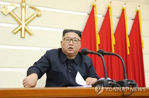 This photo captured from the website of the Rodong Sinmun in North Korea on Feb. 29 shows North Korean leader Kim Jong-un presiding over a politburo meeting of the Workers' Party. The Korean Central News Agency said Kim discussed coronavirus prevention measures during the meeting. (PHOTO NOT FOR SALE) (Yonhap)