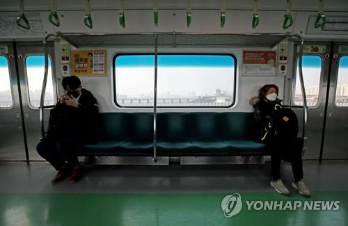 (LEAD) Public transportation use in Seoul sinks amid virus angst