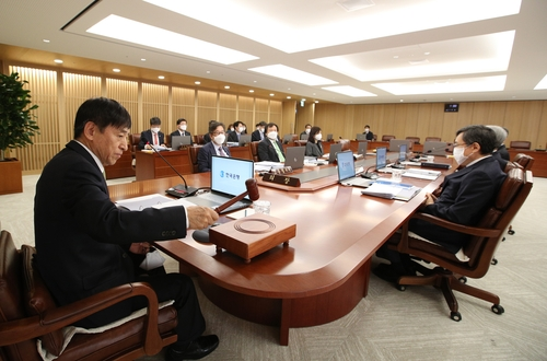 In the photo provided by the Bank of Korea (BOK), BOK Gov. Lee Ju-yeol (L) and other members of the BOK monetary policy board are seen holding a rate-setting meeting in Seoul on April 9, 2020, in which they voted to keep the policy rate steady at 0.75 percent. (PHOTO NOT FOR SALE) (Yonhap)