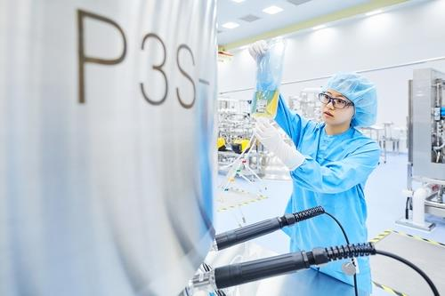 This undated photo provided by Samsung BioLogics, a biopharmaceutical unit of Samsung Group, shows a researcher working. (PHOTO NOT FOR SALE) (Yonhap)