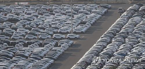 This photo, taken March 18, 2020, shows vehicles lined up at Hyundai Motor's port in Ulsan, about 410 kilometers southeast of Seoul. (Yonhap)