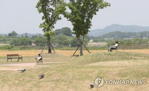 Children relax at a car camping site in Haman, South Gyeongsang Province, on May 12, 2020. (Yonhap)